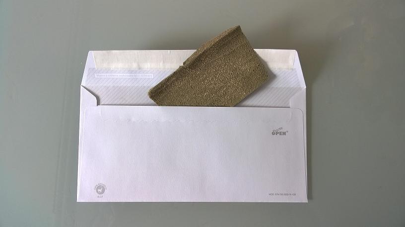 foto del primer regalo de boda: un trozo de papel de lija